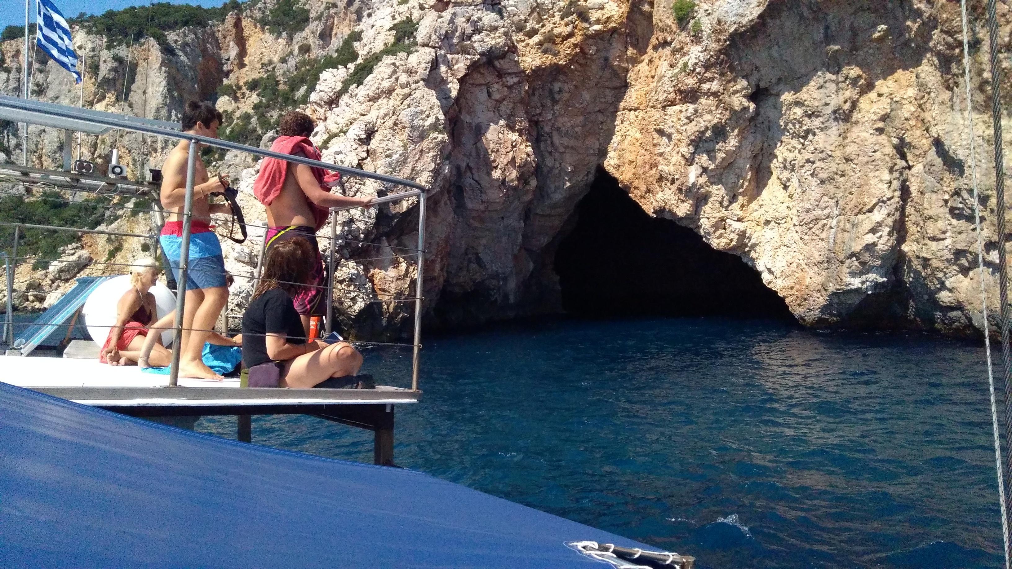 Έχει και η Αλόννησος Μπλε Σπηλιά, λες να κρύβονται φώκιες;