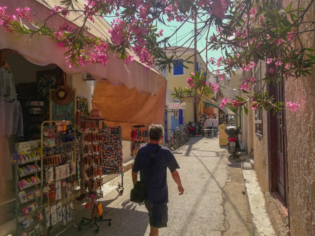 Πεζόδρομος με τουριστικά στην Αίγινα