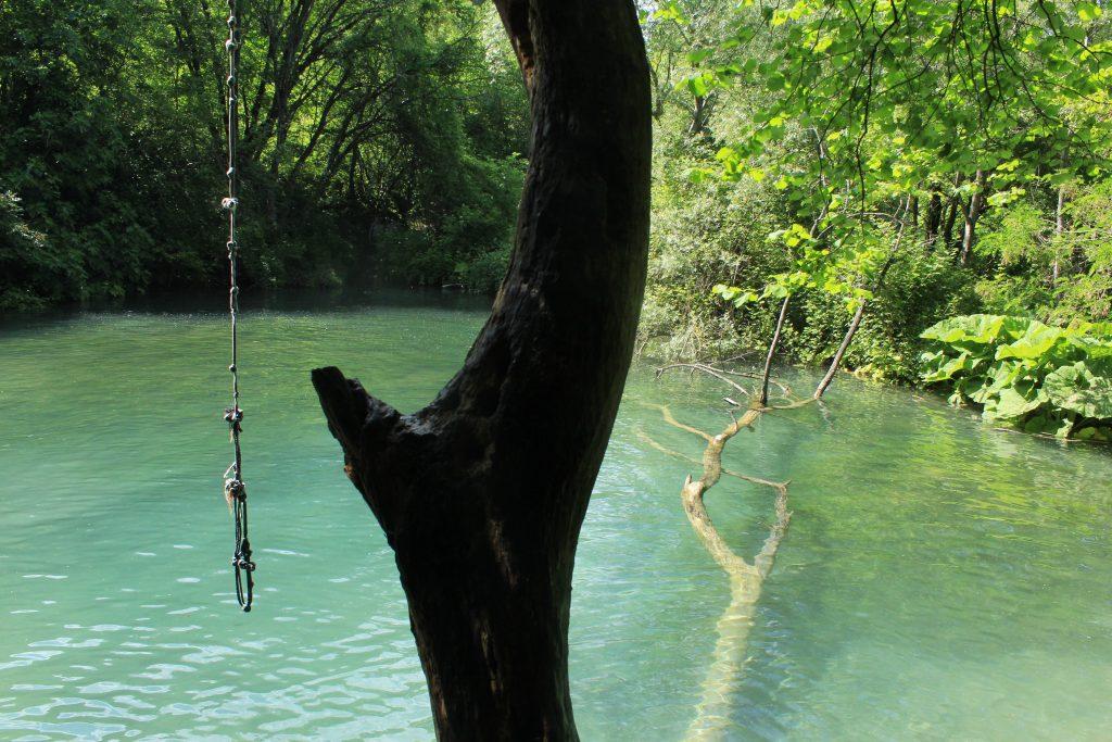 Σκοινί και Κορμός για βουτιά στην Γαλάζια Λίμνη Σκρα