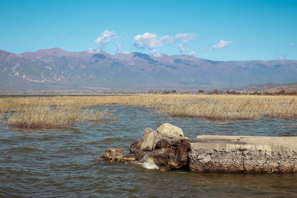 Το βουνό στέκει αγέρωχο στο βάθος της Λίμνης Στο βάθος από τα σύνορα στη Λίμνη Δοϊράνης