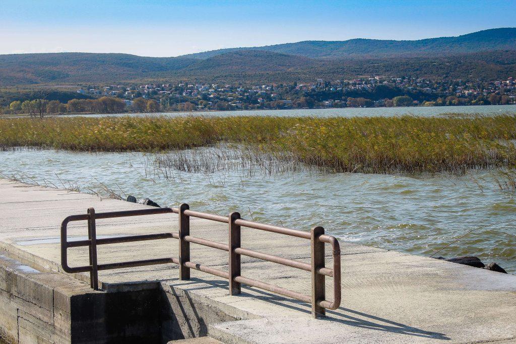Πάνω στη γέφυρα της λίμνης