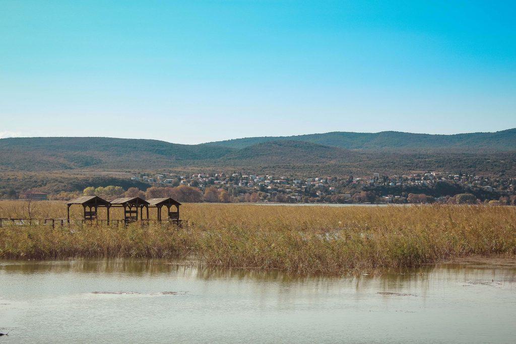 Στο βάθος τα σύνορα από τη Λίμνη Δοϊράνη