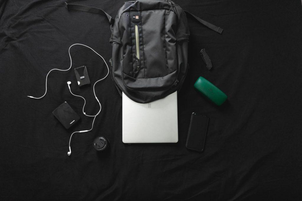 Backpack με μαύρο background